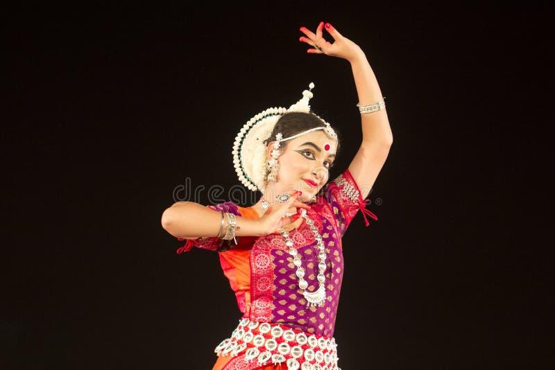 Όμορφος νέος κλασσικός χορευτής Odissi ή orissi που αποδίδει στη σκηνή στο ναό Konark, Odisha, Ινδία στοκ εικόνες