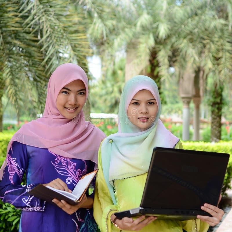 Όμορφος νέος μουσουλμανικός σπουδαστής που μοιράζεται τις πληροφορίες από κοινού στοκ εικόνα με δικαίωμα ελεύθερης χρήσης