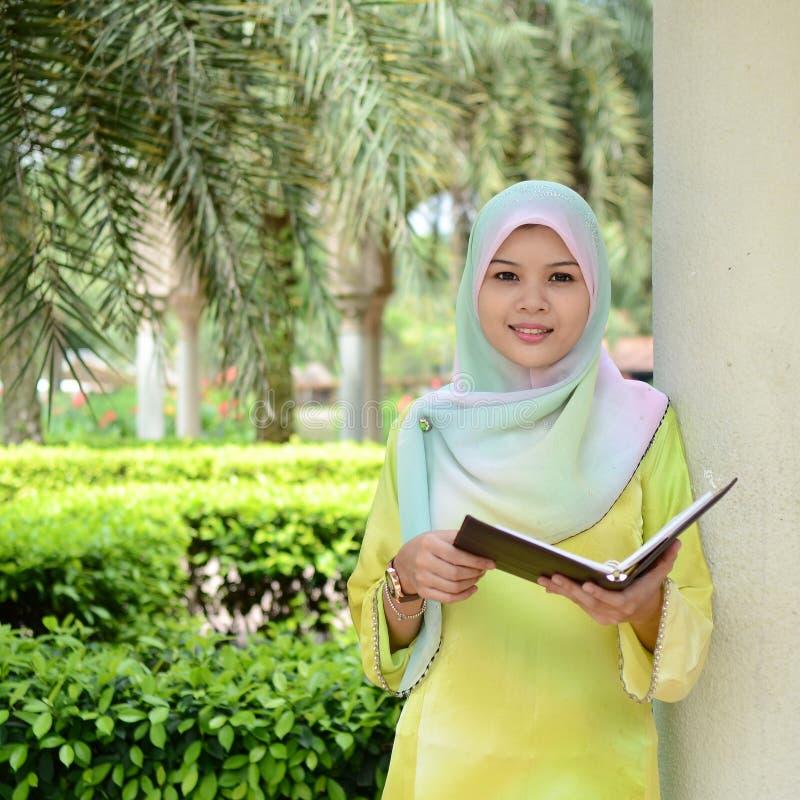 Όμορφος νέος μουσουλμανικός σπουδαστής στοκ φωτογραφία με δικαίωμα ελεύθερης χρήσης