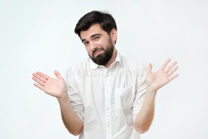 Όμορφος νέος τύπος ή εργαζόμενος ή σπουδαστής που ρωτούν ποιοι τις προσοχές, έτσι τι ή όχι το πρόβλημά μου στοκ εικόνα