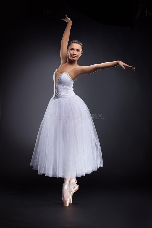 Όμορφος νέος χορευτής μπαλέτου στο Μαύρο. στοκ εικόνα με δικαίωμα ελεύθερης χρήσης