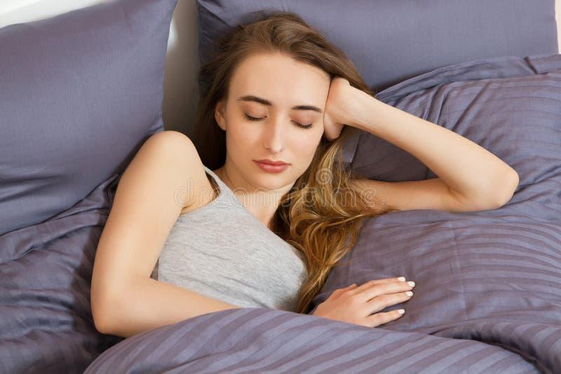 Όμορφος νέος ύπνος γυναικών στο κρεβάτι Άνεση κοριτσιών ύπνου στοκ φωτογραφίες με δικαίωμα ελεύθερης χρήσης