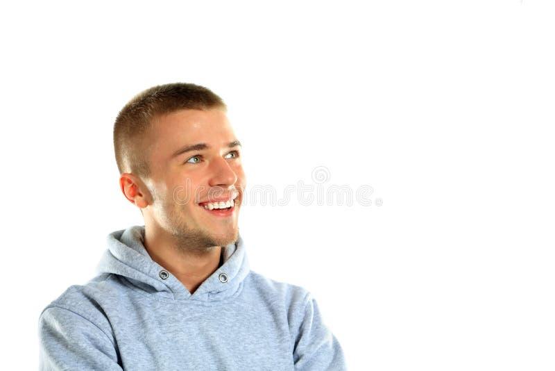 Όμορφος νεαρός άνδρας με ένα γοητευτικό χαμόγελο στοκ φωτογραφία με δικαίωμα ελεύθερης χρήσης