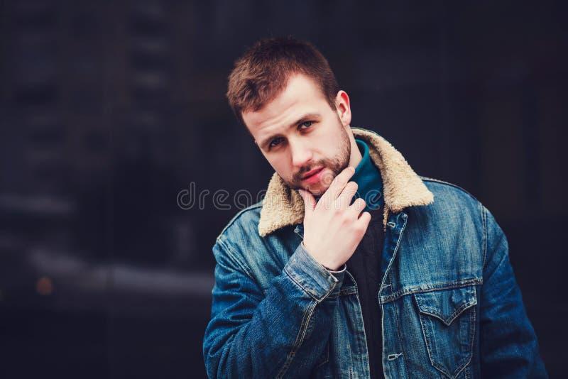 Όμορφος νεαρός άνδρας με τζιν στοκ εικόνες με δικαίωμα ελεύθερης χρήσης