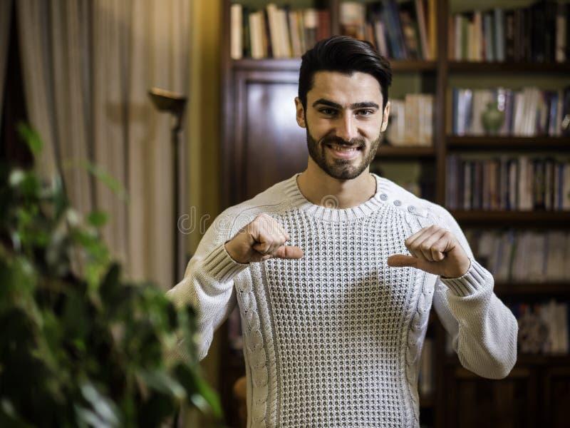 Όμορφος νεαρός άνδρας που δείχνει το δάχτυλο σε τον, χαμόγελο στοκ εικόνες με δικαίωμα ελεύθερης χρήσης