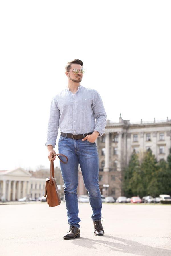 Όμορφος νεαρός άνδρας στα μοντέρνα παπούτσια εξαρτήσεων και δέρματος στοκ εικόνα