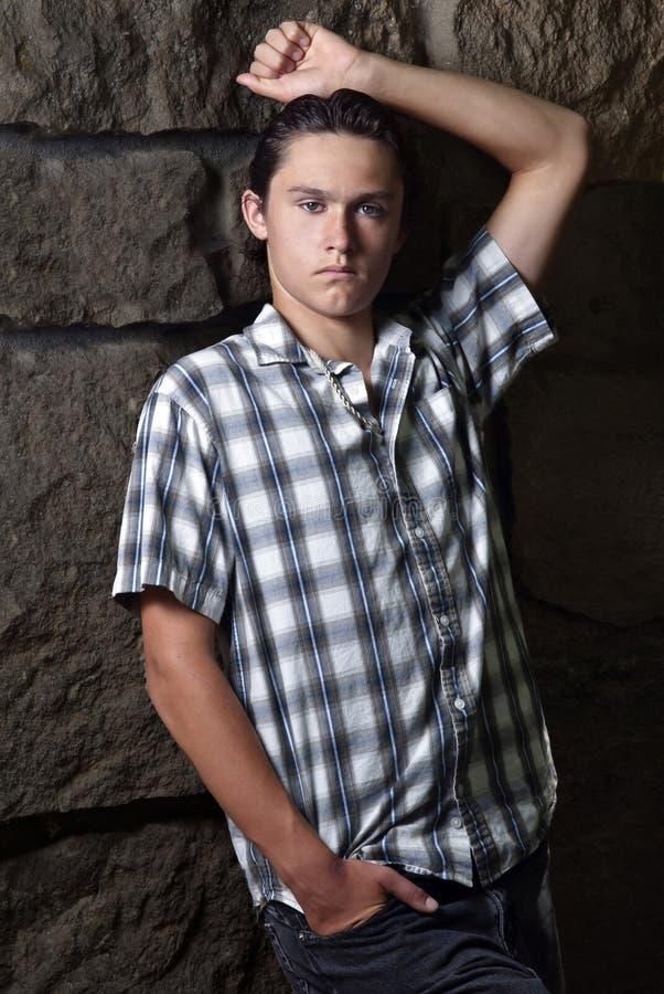 Όμορφος νεαρός άνδρας με μια ισχυρή θέση στοκ εικόνα