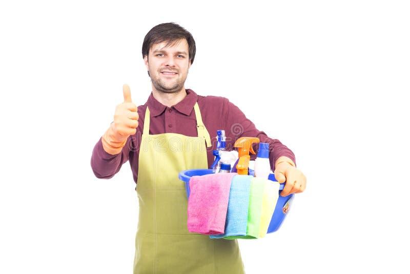 Όμορφος νεαρός άνδρας με τον καθαρισμό του αντίχειρα εκμετάλλευσης εξοπλισμού που διαβάζεται επάνω στοκ φωτογραφία με δικαίωμα ελεύθερης χρήσης