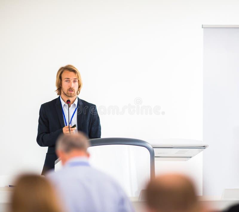 Όμορφος νεαρός άνδρας που δίνει μια ομιλία στοκ φωτογραφία