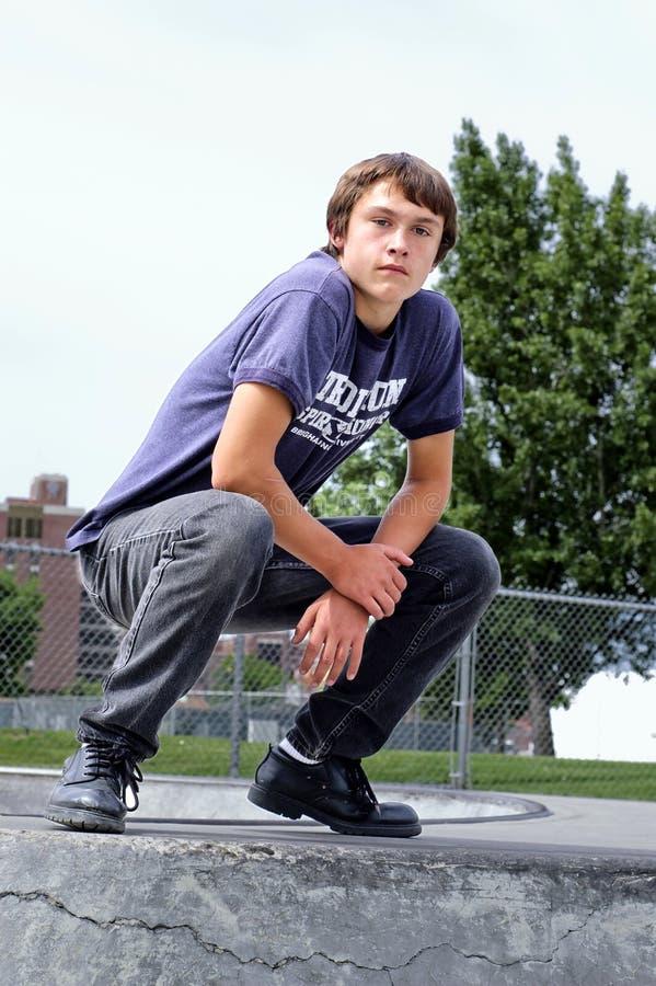 Όμορφος νεαρός άνδρας που ισορροπείται με τη δύναμη στοκ φωτογραφίες με δικαίωμα ελεύθερης χρήσης