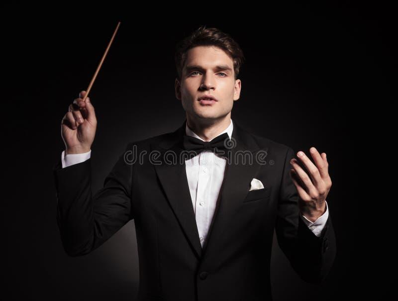 Όμορφος νεαρός άνδρας που κρατά ένα ραβδί στο χέρι του στοκ φωτογραφίες με δικαίωμα ελεύθερης χρήσης
