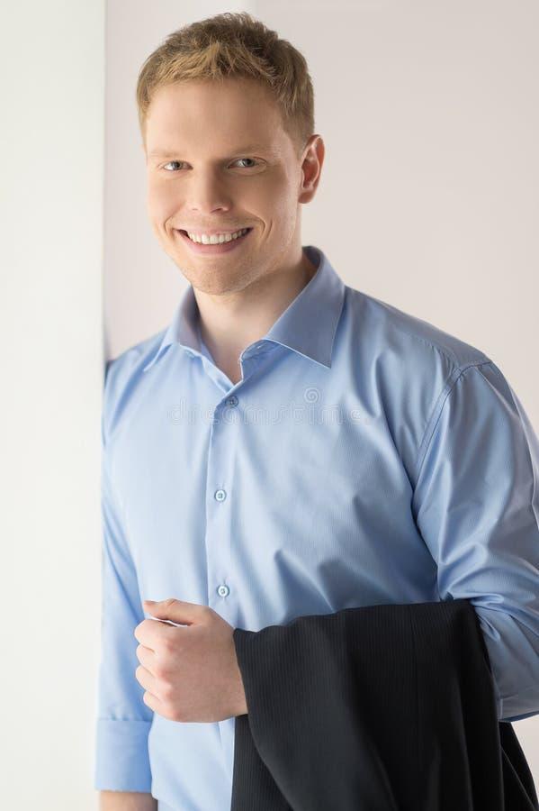 Όμορφος νεαρός άνδρας που στέκεται και που χαμογελά στοκ φωτογραφίες με δικαίωμα ελεύθερης χρήσης