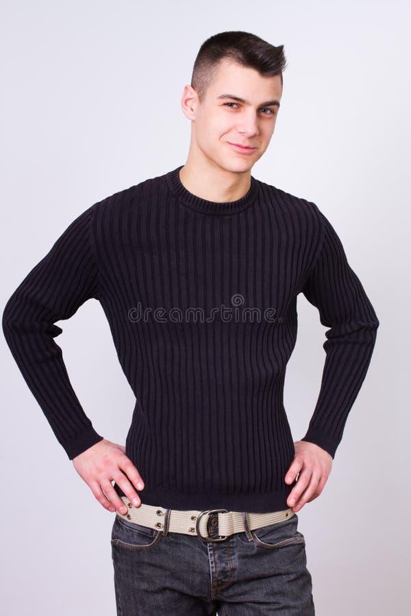 Όμορφος νεαρός άνδρας που φορά το μαύρο φόρεμα στοκ φωτογραφία με δικαίωμα ελεύθερης χρήσης