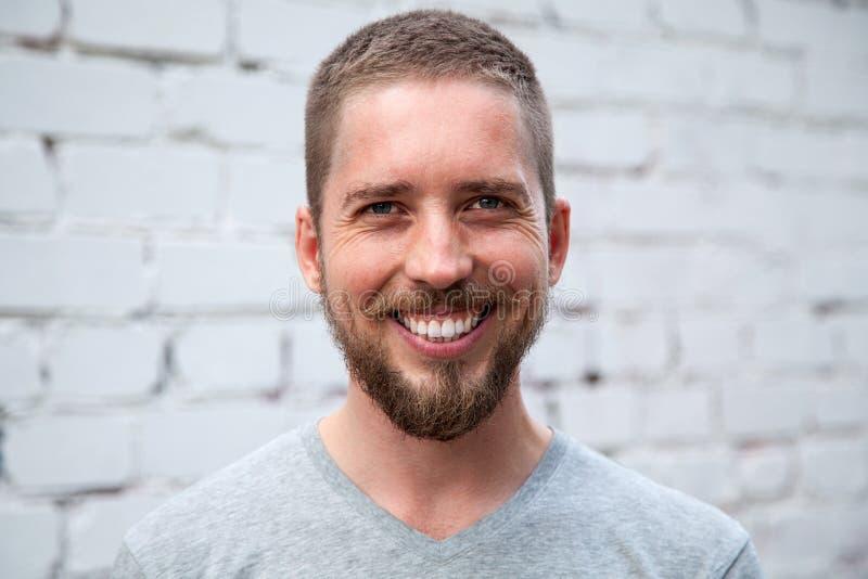 Όμορφος νεαρός άνδρας που χαμογελά ευρέως στοκ εικόνες