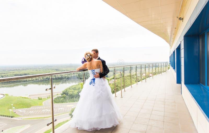 Όμορφος νεόνυμφος brunette που φιλά την όμορφη νύφη στο γαμήλιο φόρεμα στοκ φωτογραφίες