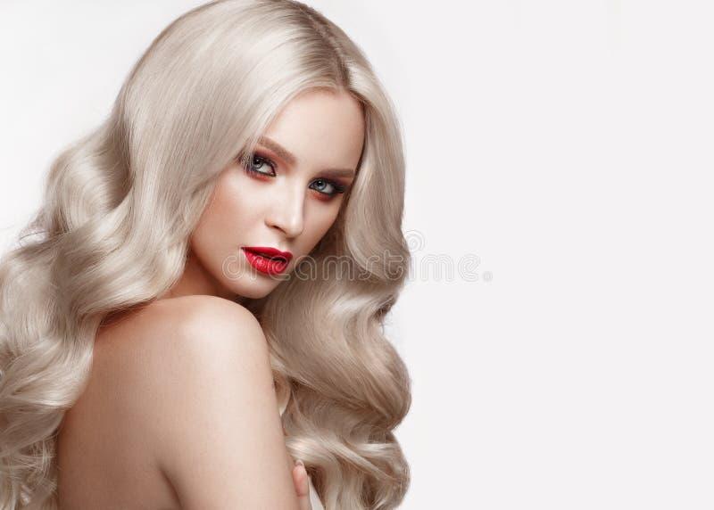 Όμορφος ξανθός με έναν τρόπο Hollywood με τις μπούκλες, το φυσικό makeup και τα κόκκινα χείλια Πρόσωπο και τρίχωμα ομορφιάς στοκ φωτογραφία με δικαίωμα ελεύθερης χρήσης