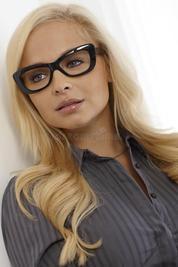 Όμορφος ξανθός με τα γυαλιά στοκ εικόνα