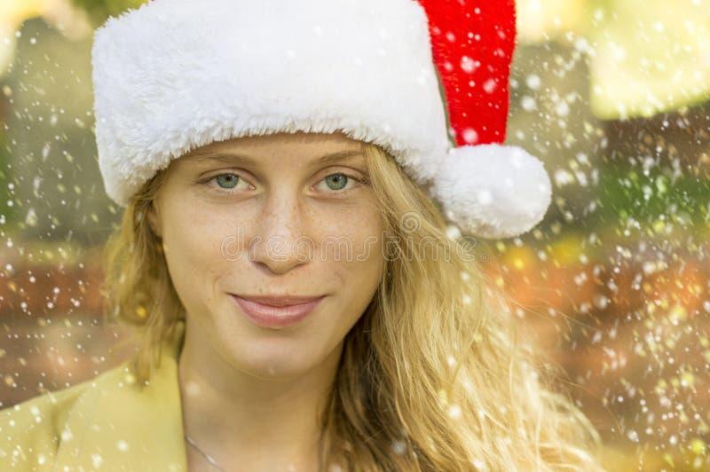Όμορφος ξανθός με το καπέλο Άγιου Βασίλη στοκ φωτογραφίες με δικαίωμα ελεύθερης χρήσης