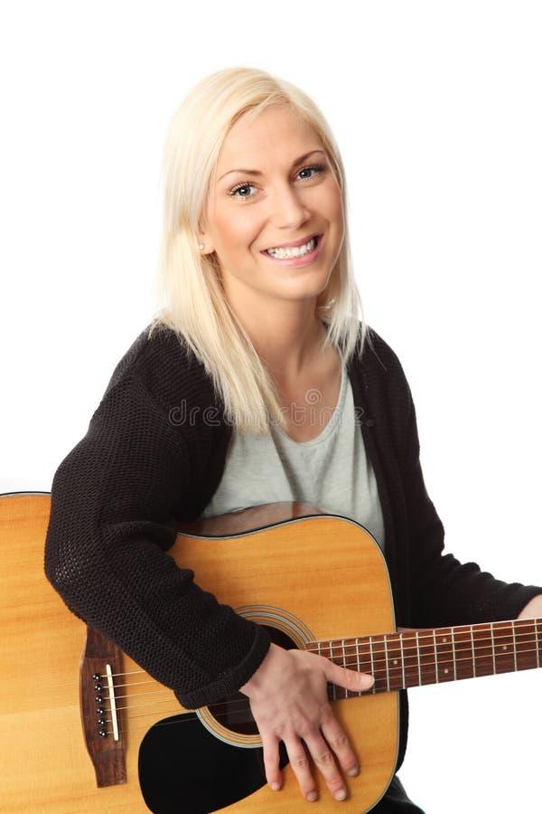 Όμορφος ξανθός τραγουδοποιός τραγουδιστών στοκ φωτογραφία με δικαίωμα ελεύθερης χρήσης