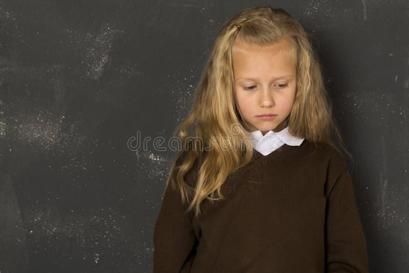 Όμορφος ξανθός λυπημένος ευμετάβλητος μαθητριών και κουρασμένος μπροστά από τον πίνακα σχολικής τάξης στοκ φωτογραφία με δικαίωμα ελεύθερης χρήσης