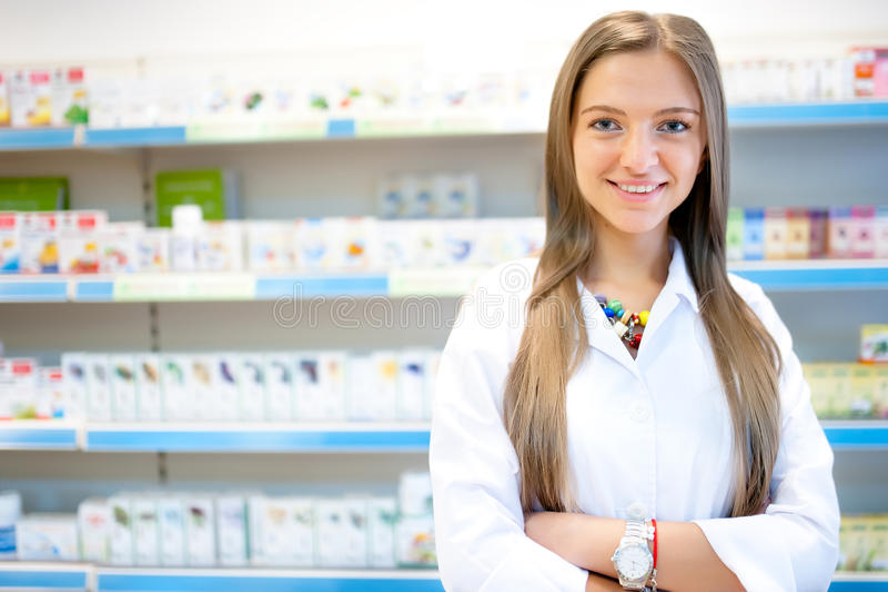 Όμορφος ξανθός φαρμακοποιός στο χαμόγελο φαρμακείων ή φαρμακείων στοκ φωτογραφία με δικαίωμα ελεύθερης χρήσης