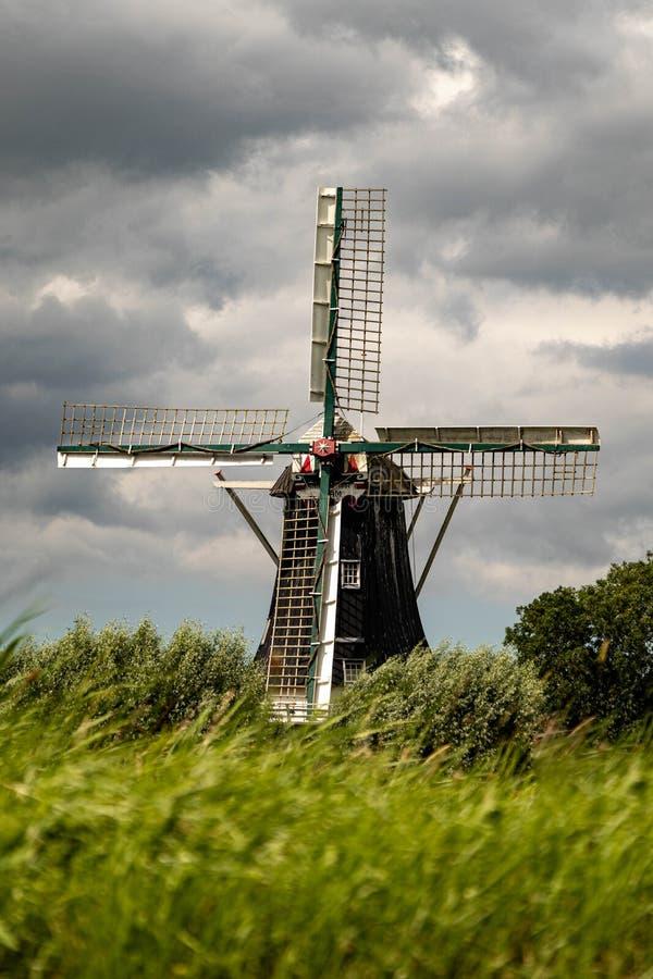 Όμορφος ξύλινος ολλανδικός μύλος στοκ εικόνα με δικαίωμα ελεύθερης χρήσης