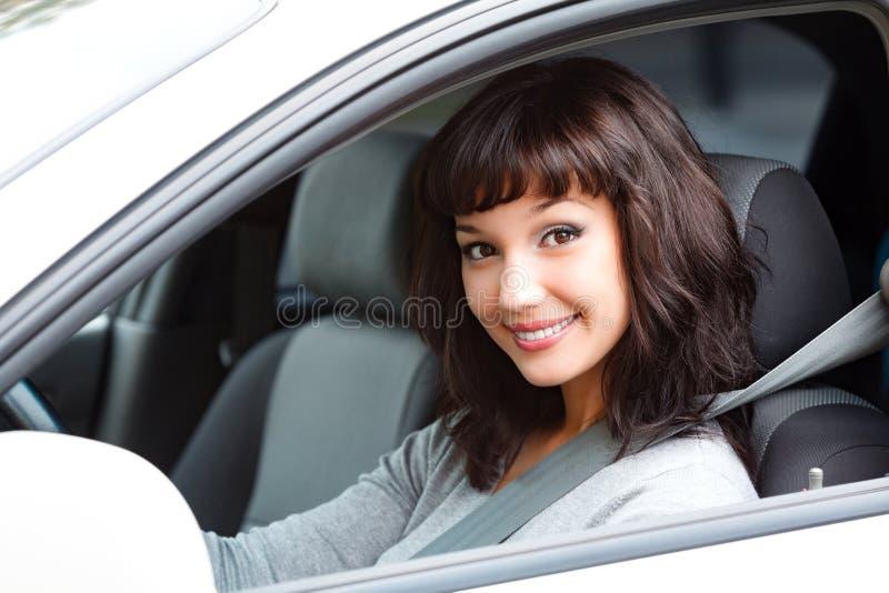 Όμορφος οδηγός γυναικών που χαμογελά σε σας στοκ εικόνα με δικαίωμα ελεύθερης χρήσης