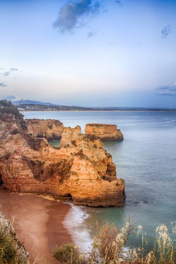 Όμορφος ορίζοντας άποψης του Ατλαντικού Ωκεανού με την αμμώδεις παραλία, τους βράχους και τα κύματα στην ανατολή στοκ εικόνα με δικαίωμα ελεύθερης χρήσης