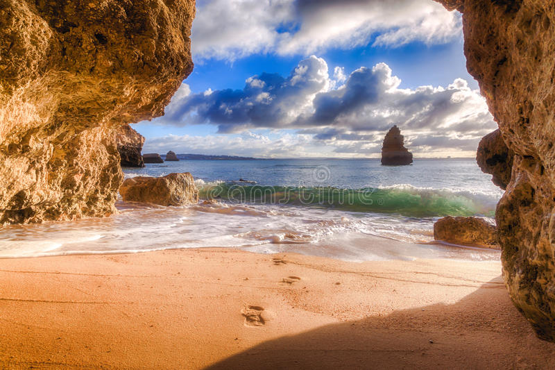 Όμορφος ορίζοντας άποψης του Ατλαντικού Ωκεανού με την αμμώδεις παραλία, τους βράχους και τα κύματα στην ανατολή Αλγκάρβε Πορτογα στοκ εικόνα