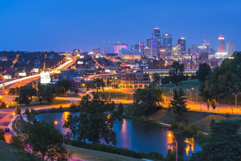 Όμορφος ορίζοντας πόλεων του Κάνσας τη νύχτα στοκ εικόνες