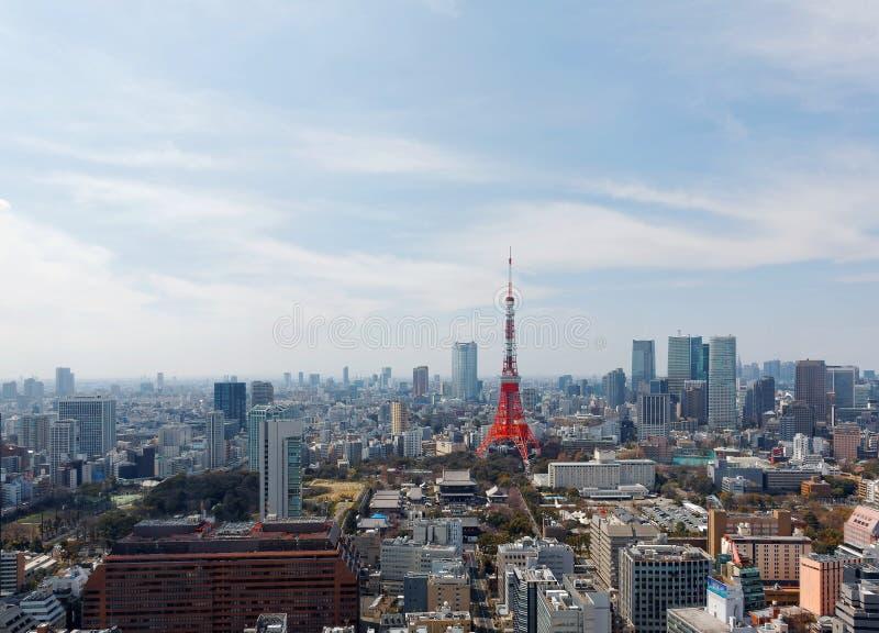 Όμορφος ορίζοντας πόλεων του στο κέντρο της πόλης Τόκιο, με το διάσημο πύργο του Τόκιο ορόσημων που στέκεται ψηλό μεταξύ των συσσ στοκ εικόνες