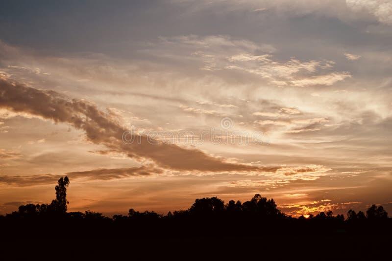Όμορφος ουρανός απογεύματος με τη σκοτεινή φωτογραφία αποθεμάτων σύννεφων στοκ φωτογραφίες με δικαίωμα ελεύθερης χρήσης