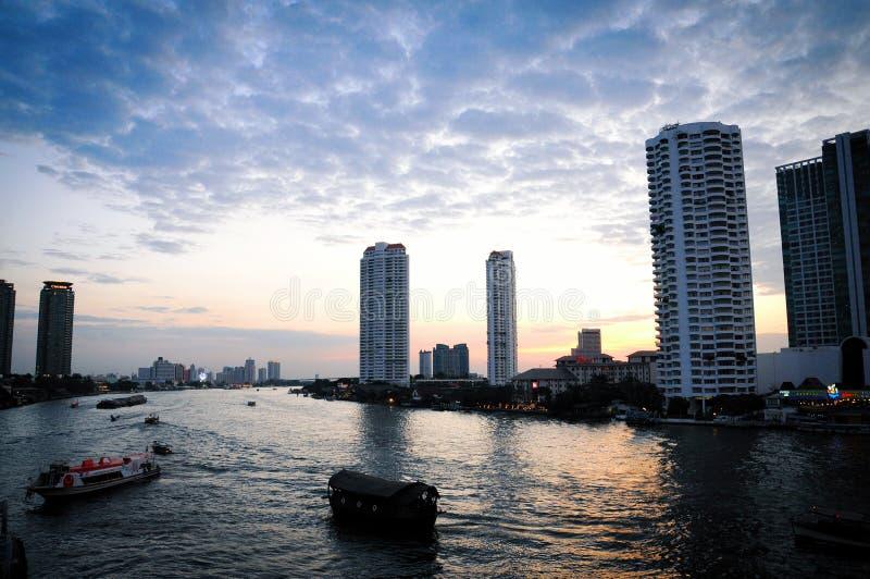 Όμορφος ουρανός επάνω από τον ποταμό Chao Praya στη Μπανγκόκ Ταϊλάνδη στοκ εικόνα με δικαίωμα ελεύθερης χρήσης