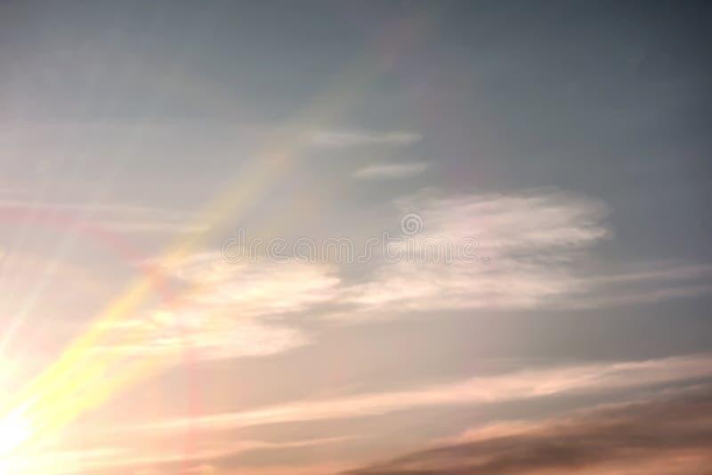 Όμορφος ουρανός ηλιοβασιλέματος με τα καταπληκτικά ζωηρόχρωμα σύννεφα και τις τελευταίες ακτίνες στοκ φωτογραφία με δικαίωμα ελεύθερης χρήσης