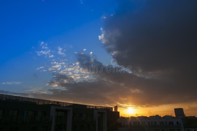 Όμορφος ουρανός ηλιοβασιλέματος με τα σύννεφα και τον ήλιο και σαφής ουρανός πέρα από την πόλη Wroclaw στοκ εικόνα με δικαίωμα ελεύθερης χρήσης