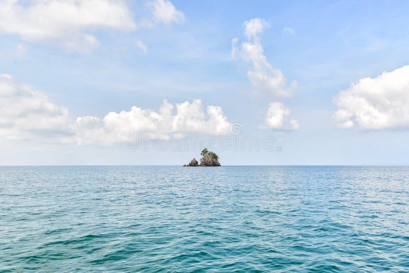 Όμορφος ουρανός και συμπαθητική θάλασσα με το ενιαίο νησί στοκ φωτογραφίες