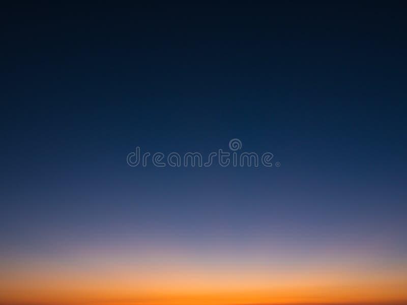 Όμορφος ουρανός κλίσης στο σούρουπο, από σκούρο μπλε στο πορτοκάλι στοκ εικόνες