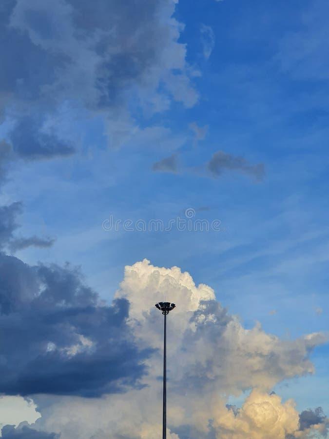 Όμορφος ουρανός μετά από τη βροχή στη Μπανγκόκ, Ταϊλάνδη στοκ φωτογραφία με δικαίωμα ελεύθερης χρήσης