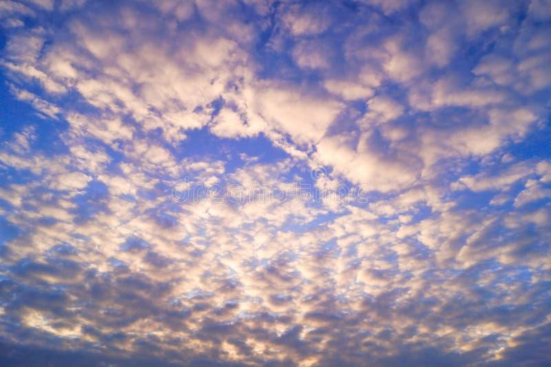 Όμορφος ουρανός με πολλά μικρά σύννεφα πριν από το ηλιοβασίλεμα στοκ εικόνες