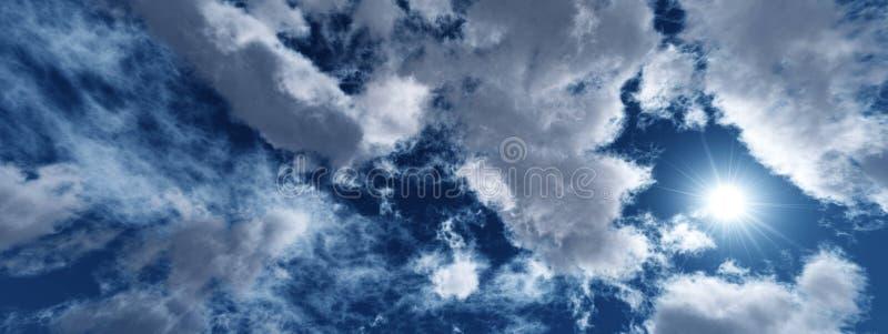 Όμορφος ουρανός με τα σύννεφα και τον ήλιο στοκ φωτογραφίες με δικαίωμα ελεύθερης χρήσης