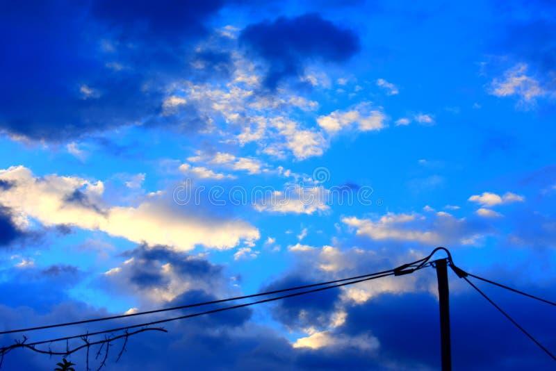 Όμορφος ουρανός με τα σύννεφα το απόγευμα στοκ εικόνες με δικαίωμα ελεύθερης χρήσης