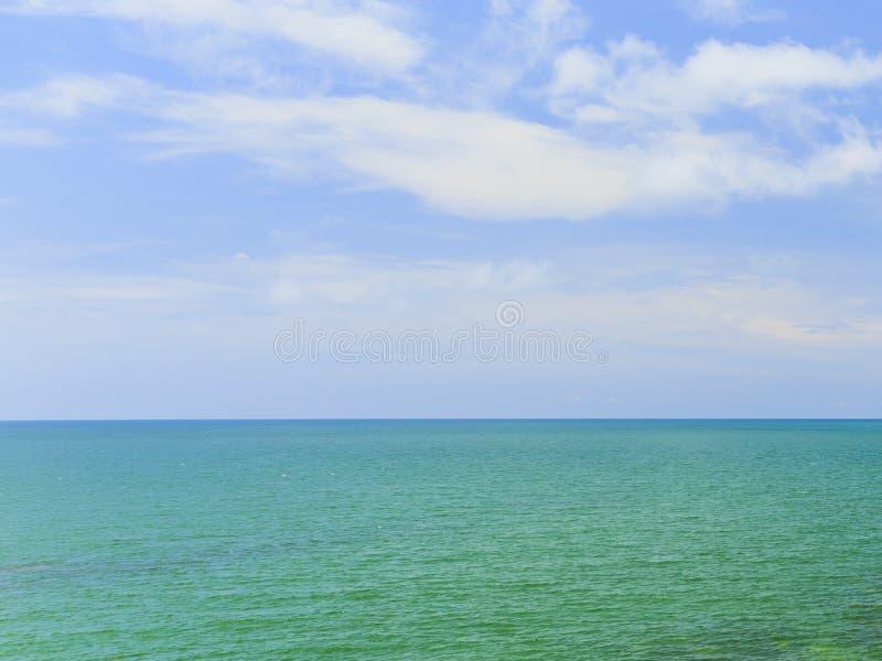 Όμορφος ουρανός με τη θάλασσα στην ειρηνική παραλία στοκ εικόνες