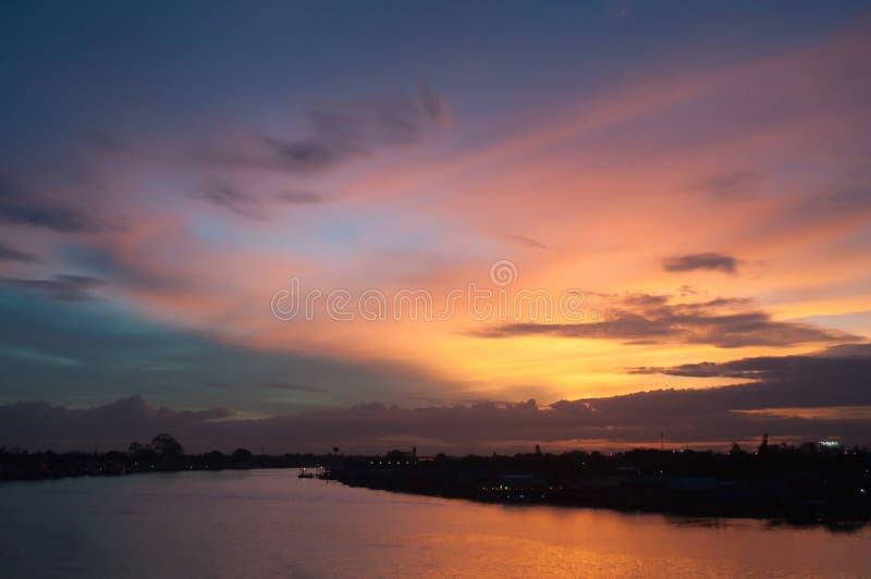 Όμορφος ουρανός λυκόφατος πέρα από τον ποταμό στοκ φωτογραφίες