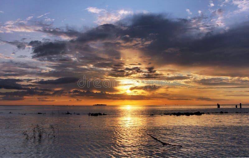 όμορφος πέρα από το ηλιοβασίλεμα θάλασσας στοκ εικόνα