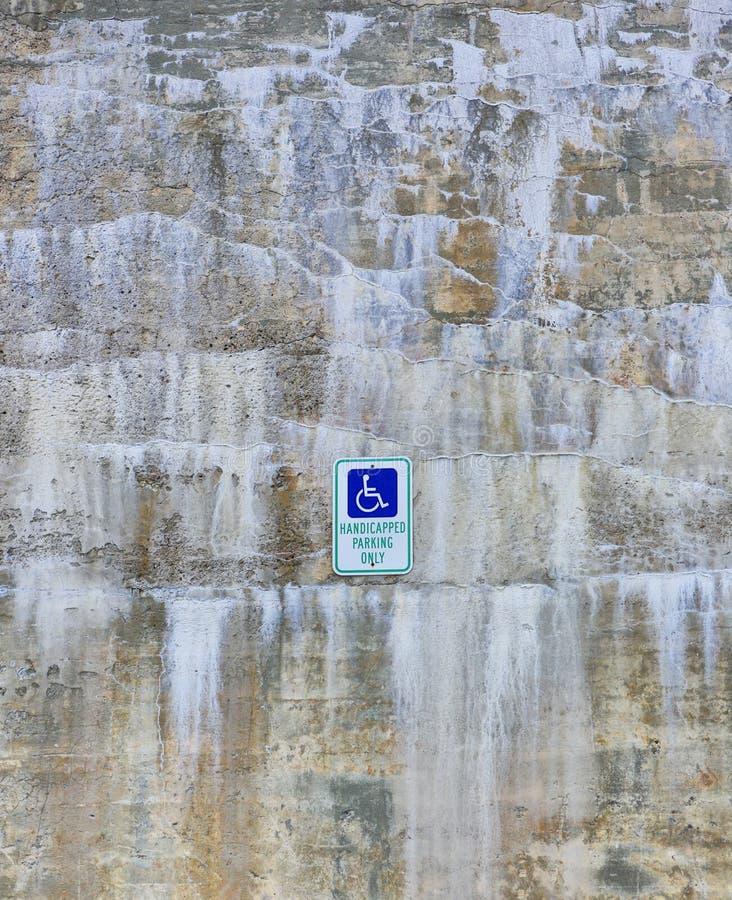 Όμορφος πέτρινος τοίχος με τα ορυκτά αποθέματα και άτομα με ειδικές ανάγκες που σταθμεύουν το υπόβαθρο σημαδιών στοκ εικόνες με δικαίωμα ελεύθερης χρήσης