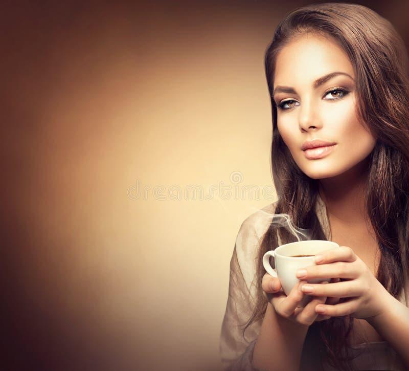 όμορφος πίσω καφές πόλεων ανασκόπησης που πίνει τις νεολαίες ηλικιωμένων γυναικών της στοκ φωτογραφία με δικαίωμα ελεύθερης χρήσης