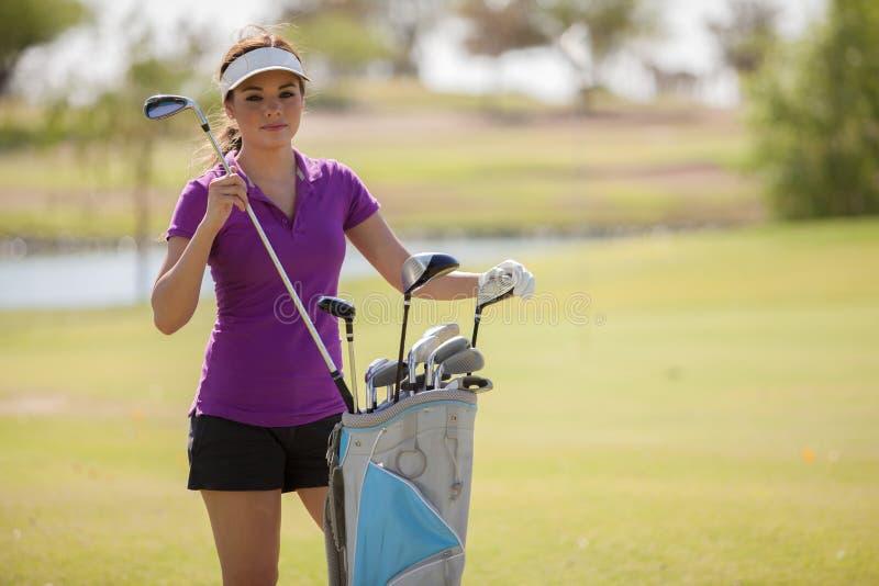 Όμορφος παίκτης γκολφ που αρπάζει ένα γκολφ κλαμπ στοκ φωτογραφία με δικαίωμα ελεύθερης χρήσης
