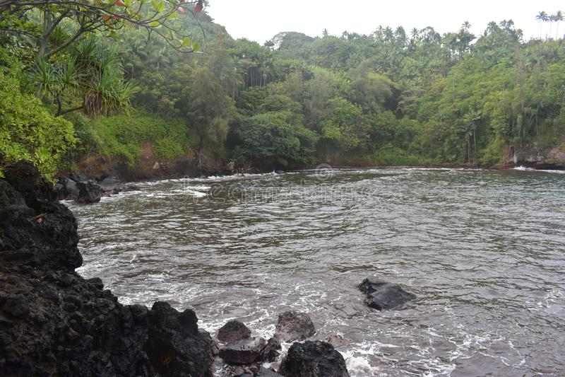 Όμορφος παράκτιος κολπίσκος στη Χαβάη με τα κύματα που συντρίβουν αργά στην ακτή στοκ εικόνες με δικαίωμα ελεύθερης χρήσης