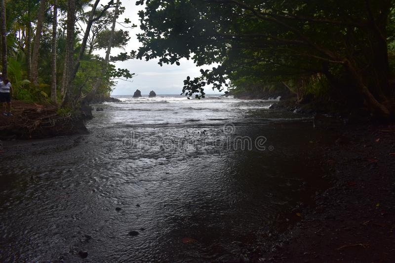 Όμορφος παράκτιος κολπίσκος στη Χαβάη με τα κύματα που συντρίβουν αργά στην ακτή στοκ φωτογραφία με δικαίωμα ελεύθερης χρήσης