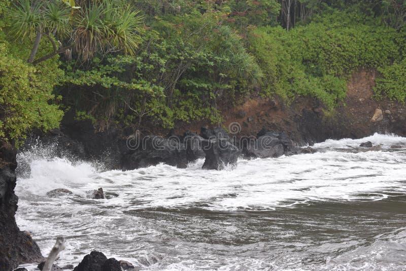 Όμορφος παράκτιος κολπίσκος στη Χαβάη με τα κύματα που συντρίβουν αργά στην ακτή στοκ εικόνες